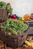 Aún vida otoñal con la fruta y las hojas en una base de madera Imagen de archivo