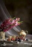 Aún vida pasada de moda con la fruta y las flores Fotografía de archivo libre de regalías