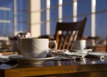 Aún-vida positiva de la mañana en un café. Foto de archivo