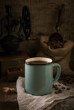 Aún vida rústica con café en el fondo de madera áspero Imagen de archivo libre de regalías