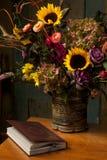 Aún vida rústica con las flores y el libro del otoño Foto de archivo libre de regalías