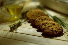 Aún vida rústica con las galletas de harina de avena y los granos de avena Imágenes de archivo libres de regalías