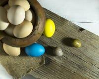 Aún vida rústica con los huevos coloridos de Pascua Fotos de archivo