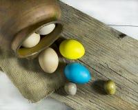 Aún vida rústica con los huevos coloridos de Pascua Imagen de archivo