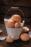 Aún vida rústica con los huevos en el cubo de madera del vintage para pascua Fotos de archivo libres de regalías