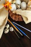 Aún vida rústica con los huevos listos para la decoración Foto de archivo libre de regalías