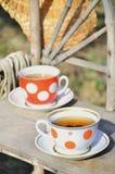 Aún vida rústica con tazas de sombrero del té y de paja Fotos de archivo