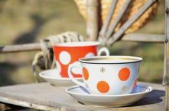 Aún vida rústica con tazas de sombrero del té y de paja Imagenes de archivo