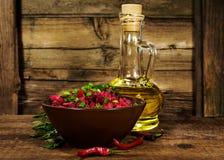 Aún vida rústica:  ensalada con el aceite del remolacha, vegetal y el romero Imagen de archivo