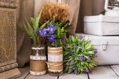 Aún vida rústica: flores secadas manojo y floreros en fondo de madera del vintage Fotos de archivo libres de regalías
