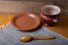 Aún vida rústica Pote, cuchara y placa de arcilla en la servilleta de lino wo Foto de archivo