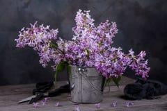 Aún vida rústica Ramo de lila en un cubo Imagen de archivo libre de regalías