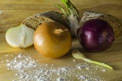 Aún vida rústica simple con las cebollas y el pan Foto de archivo