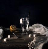 Aún vida rústica Té con el limón en un círculo grande en la tabla de madera Fondo negro Imagen de archivo