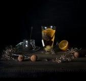 Aún vida rústica taza de huevos del té, del limón y de codornices en una tabla de madera Fondo negro Foto de archivo libre de regalías