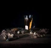 Aún vida rústica taza de huevos del té y de codornices en una tabla de madera Fondo negro Imagen de archivo libre de regalías