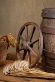 Aún vida retra con el barril y la cebada Foto de archivo