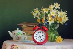 Aún vida retra con el despertador rojo Foto de archivo libre de regalías
