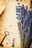 Aún vida retra con el papel del vintage, la llave y la lavanda florece, opinión superior de la composición nostálgica Foto de archivo libre de regalías