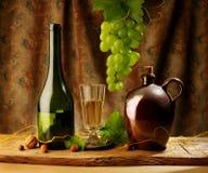 Aún vida retra con el vino Imagen de archivo libre de regalías