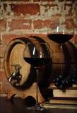 Aún vida retra con el vino rojo Foto de archivo libre de regalías
