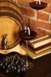Aún vida retra con el vino rojo y el barril Imagen de archivo