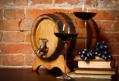 Aún vida retra con el vino rojo y el barril Foto de archivo libre de regalías