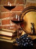 Aún vida retra con el vino rojo y el barril Imágenes de archivo libres de regalías