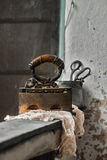 Aún vida retra con hierro y la materia textil oxidados viejos Imagen de archivo libre de regalías