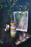 Aún vida retra con la flor en florero Foto de archivo libre de regalías