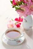 Aún vida retra con la taza de té y de flores Fotos de archivo