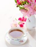 Aún vida retra con la taza de té y de flores Imagenes de archivo
