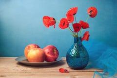 Aún vida retra con las amapolas y las manzanas Imágenes de archivo libres de regalías