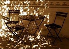 Aún vida retra con las sillas y la tabla Fotos de archivo