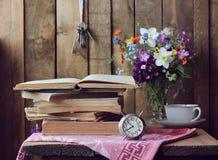 Aún vida retra con los libros y el despertador Fotos de archivo