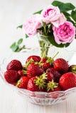 Aún vida romántica con las fresas y las rosas rosadas Fotos de archivo libres de regalías