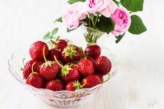 Aún vida romántica con las fresas y las rosas rosadas Fotos de archivo