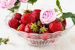 Aún vida romántica con las fresas y las rosas rosadas Imagen de archivo