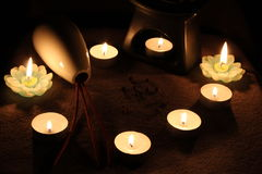 Aún vida romántica con las velas y aromatherapy Imagenes de archivo