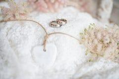 Aún vida romántica con los anillos de bodas Fotografía de archivo