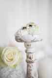 Aún vida romántica con los anillos de bodas Fotos de archivo libres de regalías