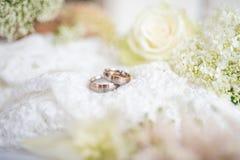Aún vida romántica con los anillos de bodas en estilo del vintage Fotografía de archivo