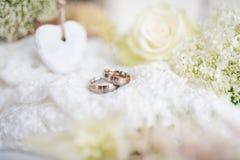 Aún vida romántica con los anillos en el estilo del vintage para una boda Foto de archivo