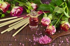 Aún vida romántica con perfume color de rosa Fotos de archivo