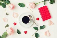 Aún vida romántica - la taza de café, rosas del melocotón, tarjeta en blanco del amor y caramelos en forma de corazón, ama el fon Imagenes de archivo