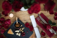 Aún vida romántica para una cena del día de tarjetas del día de San Valentín Imagenes de archivo