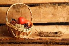 Aún vida rural. Cesta de uvas y de manzanas Foto de archivo