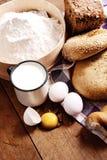 Aún vida rural con pan y leche Foto de archivo