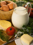 Aún-vida rural con un jarro de leche Imagen de archivo