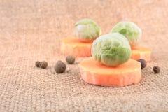 Aún vida simple con la zanahoria y las coles de Bruselas Foto de archivo libre de regalías